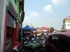 Links Bazaar, rechts Parkplatz.